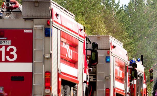 Palo oli jo täyden palon vaiheessa, kun pelastuslaitoksen ensimmäiset yksiköt saapuivat paikalle. Kuvituskuva.