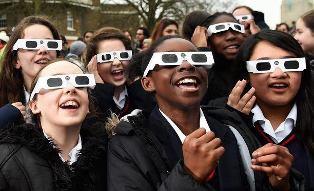 Lontoossa Greenwichin observatoriolla koululaiset käyttivät pätevää suojavarustusta.