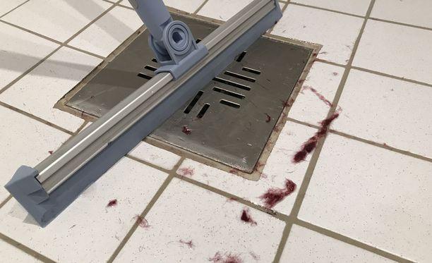 Pyyhettä käytettäessä siitä irtosi nukkaa märälle kylpyhuoneen lattialle.