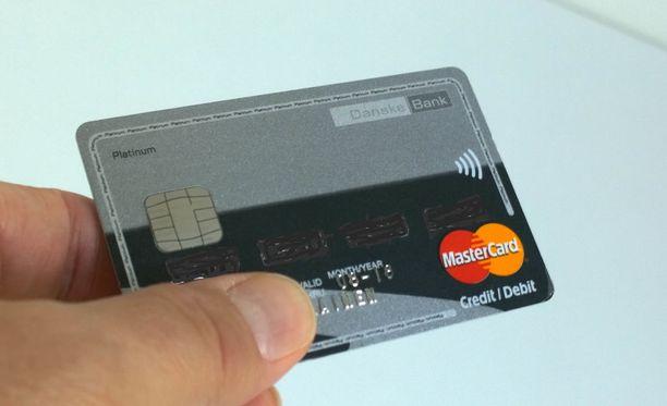 Poika teki lähes tuhannella eurolla peliostoksia äitinsä luottokortilla. Kuvituskuva.