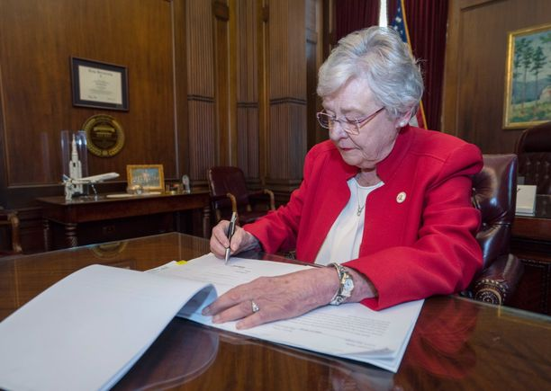 Kuvassa Alabaman kuvernööri Kay Ivey allekirjoittaa uutta aborttilakia keskiviikkona 15.5.2019.
