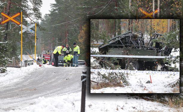 Varusmiehiä kuljettanut Masi-ajoneuvo jäi aamukahdeksalta junan alle.