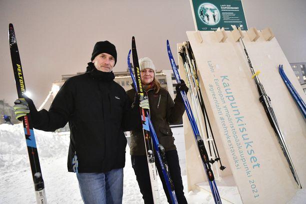 Noel Bruder ja Katri Halme hämmästelivät suksia Lahden torilla perjantaina.