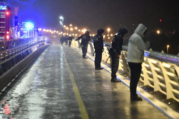 Kova sade vaikeuttaa pelastustöitä Budapestissä Tonava-joella, jossa jokialus upposi keskiviikkoiltana.