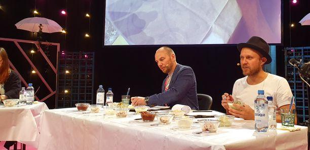 Tommi Tuominen (vas.) ja Timo Santala paneutuneina arviointiin.