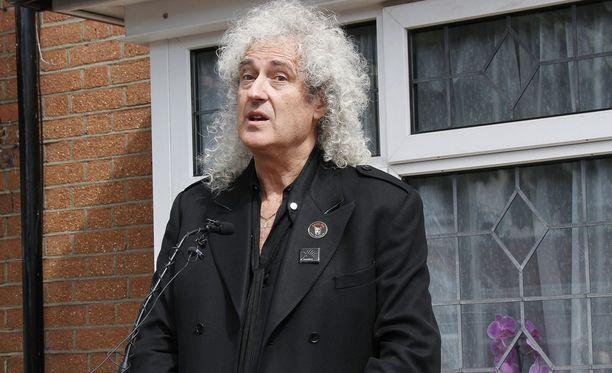 Brian May tuohtui lehtiotsikoista.