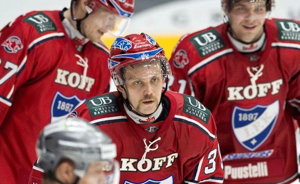 Arttu Luttinen koski viimeisenä HIFK:n pelaajana kiekkoon, kun HIFK meni 1-0-johtoon Isomäen jäähallissa.