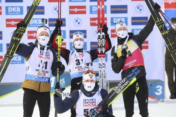 Norjalaiset juhlivat menestystään torstaina Hochfilzenissä. Keskellä voittaja Sturla Lägreid.