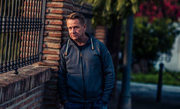 Olli Lindholm puhuu kipeästä isäsuhteestaan ohjelmassa.