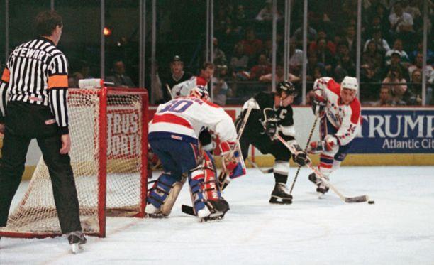 Clint Malarchuk torjui urallaan Buffalon lisäksi muun muassa Washington Capitalsissa. Tässä Malarchukin vartioimaa maalia hätyyttelee Wayne Gretzky.