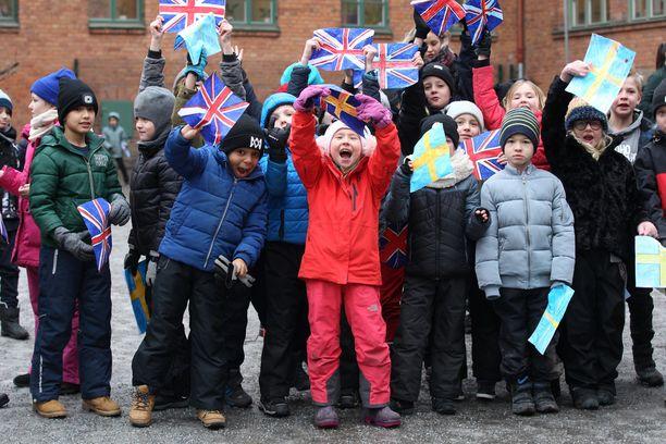 Lapset ottivat innokkaina kuninkaalliset vieraat vastaan.