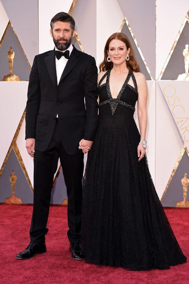 Mooren käsipuolessa Oscar-gaalaan aviomiehensä Bart Freundlichin kanssa.