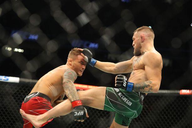 Conor McGregor ja Dustin Poirier kohtasivat kolmannen kerran. Ottelu päättyi Poirierin voittoon McGregorin loukkaantumisen myötä.