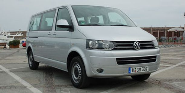 Uuden Transporter-malliston keula noudattaa Volkswagenin henkilöautoista tuttua muotokieltä, mutta ensisilmäyksellä se ei silti juuri eroa edeltäjästään.