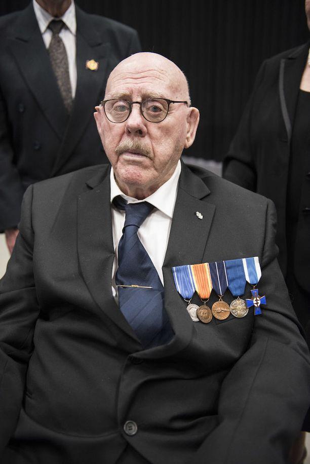Niels Torp haavoittui sodassa kranaatin siruista selkäänsä. Nykyään hän asuu Ilveskodissa.