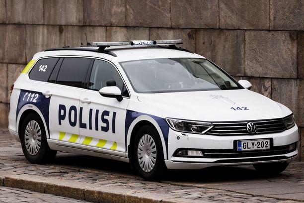 Poliisien takamuksien alla hyrräävät enimmäkseen uudet ja vähäpäästöiset dieselit. Kalliimman, mutta ilmastopäästöhyödyiltään vähäisen, polttoaineen tankkaaminen herättää kysymyksen poliisin ja valtion energiayhtiön välisestä suhteesta.