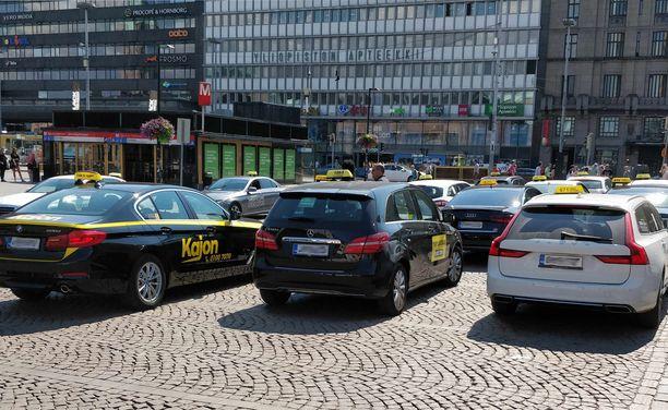 Taksikyytejä on monenlaisia ja asiakkaita myös.