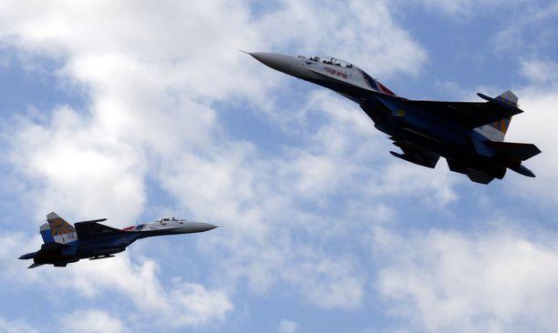 Venäläiset Suhoi Su-27-hävittäjälentokoneet meriturvallisuusparaatissa Pietarissa vuonna 2015.