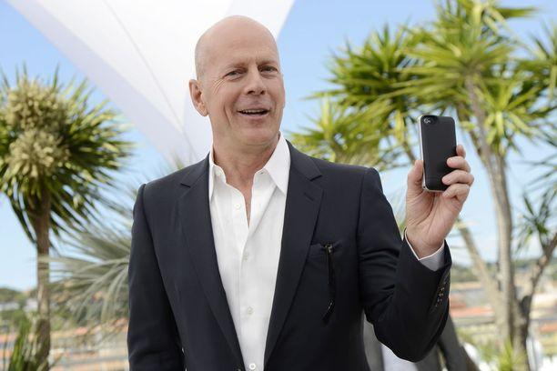 Hyväntuulinen Bruce Willis ei ainakaan paikallaolijoiden mukaan näyttänyt loukkaantuvan ilkeilystä.