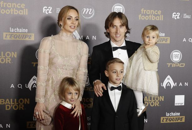 Luka Modric saapui France Football -lehden gaalaan yhdessä vaimonsa Vanja Bosnićin ja lasten Ivanon, Eman sekä Sofian (sylissä) kanssa.