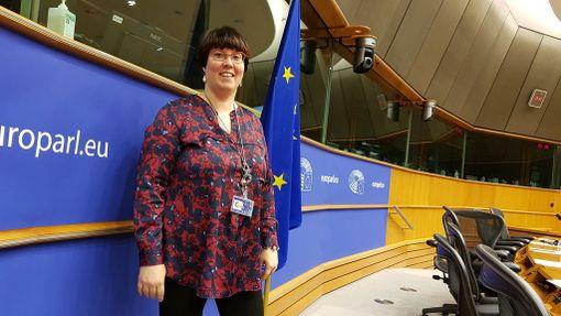 Europarlamentaarikko Merja Kyllönen saa tehdä töitä, että voittaa Sauli Niinistön vasemmistoliiton kannattajien keskuudessa.