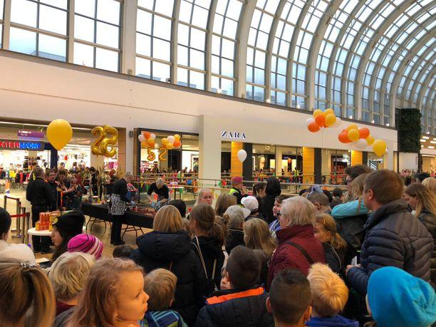 Tubettajan fanit kokoontuivat juhlistamaan Roni Bäckin synttäreitä Itiksessä.