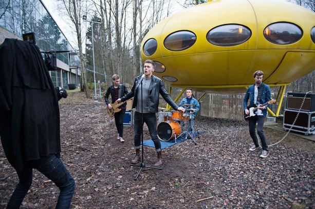Elias Kaskisen ja Päivän Sankarit -yhtyeen uusi video kuvattiin näyttelykeskus WeeGeessä. Sen omistuksessa oleva ensimmäinen sarjavalmisteinen Futuro-talo (nro 001) on avoinna yleisölle vuosittain toukokuusta elokuuhun.