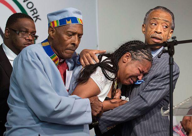 Kuolleen miehen leski murtui kesken jumalanpalveluksen. Kuvassa oikealla saarnaaja Al Sharpton.