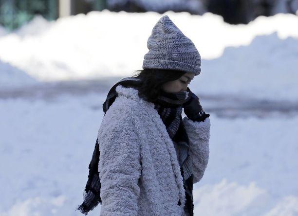 Myös jalankulkijat olivat kovalla koetuksella sunnuntaina New Yorkissa, kun pakkanen painui 20 miinusasteeseen ja kova tuuli lisäsi sen purevuutta.