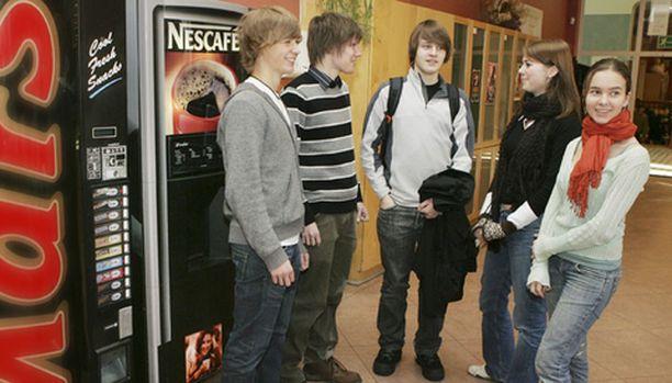 YMMÄRRYSTÄ Ressun lukiolaiset Markus Salonen, MarkoMalve, Christopher Rowley, Janina Åhlgren ja Hanna Peltola vakuuttivat, että karkkiautomaatin raha tulee hyvään tarkoitukseen.