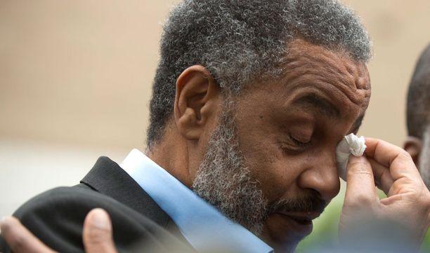 Anthony Ray Hinton puhkesi itkuun oikeaudesta päästyään.