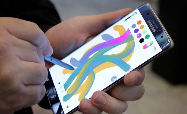Lentoyhtiön mukaan Samsungin Galaxy Note 7 -älypuhelin syttyi mitä ilmeisimmin tuleen.