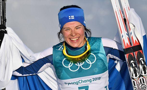 Krista Pärmäkoski juhli 30 kilometrin kisan hopeamitalia Pyeongchangin olympialaisissa.