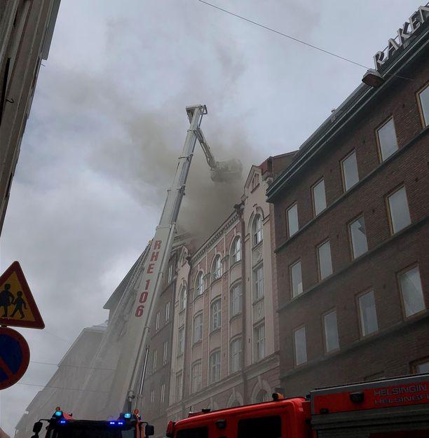 Ullakolta tulee savua Fredrikinkadulla.
