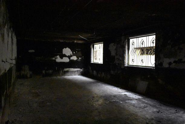 Mosulin lastensairaalan seinät ovat mustuneet ja kaikkialla on kitkerä palaneen haju.