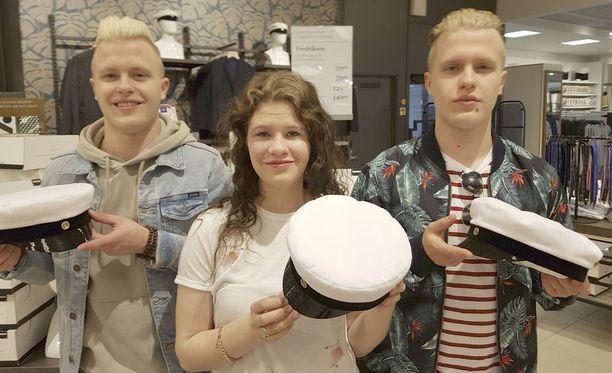 Lylyn perheen triplalakitus on totta! Valtteri, Verneri ja Kerttu ovat syntyneet maailmaan minuutin välein ja saavat lakin samana päivänä. Tanssia harrastanut kolmikko suuntautuu opiskelemaan, mutta pojat lähtevät ensin armeijan harmaisiin Parolaan.