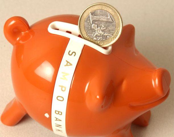 Suomalaiset pistävät entistä hanakammin rahaa pankkiin.