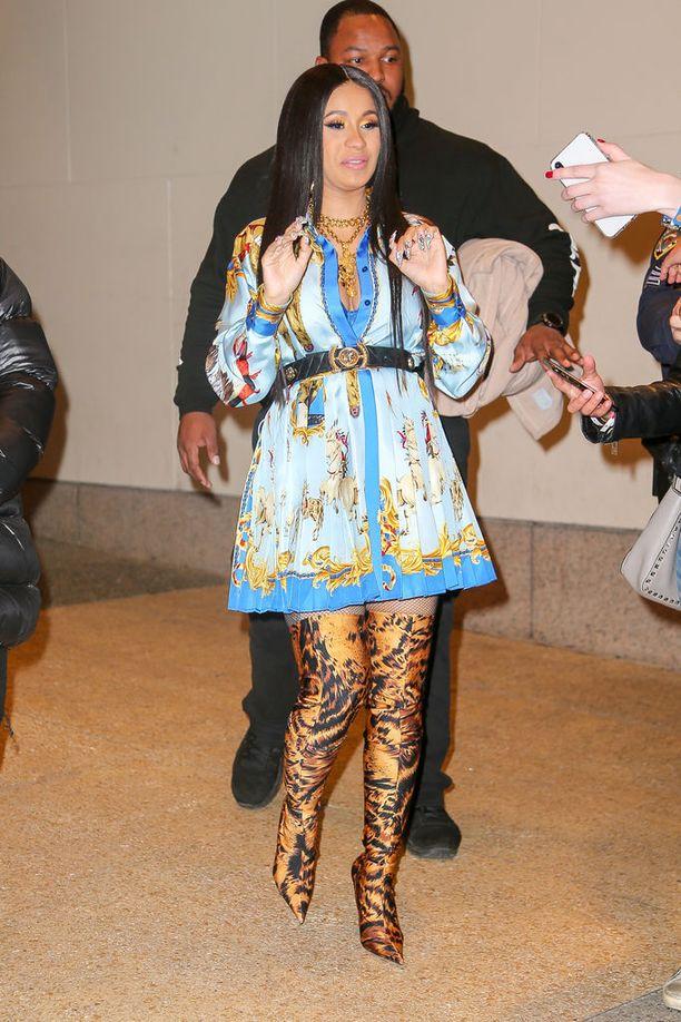 Kohuräppäri Cardi B on nähty usein näyttävissä Versace-asuissa. Polvipituiset printtisaappaat ja plisaarattu kimonomekko ovat italialaismerkin vuoden 2018 kevätmallistoa.