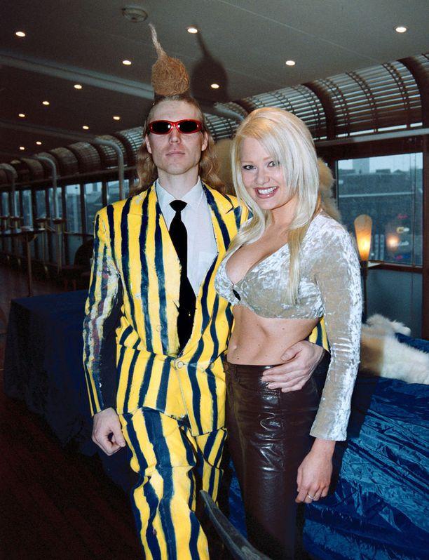 Linda Lampenius ja Leningrad Cowboys 2000. Lindalla päällään 2000-luvun alun muotia.