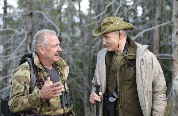 Putin keskustelee Sajano-Shushenskin luonnonsuojelualueen johtaja Gennadi Kiseljovin kanssa.