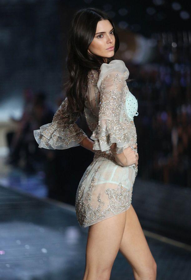 Kendall Jenner Victoria's Secretin näytöslavalla.