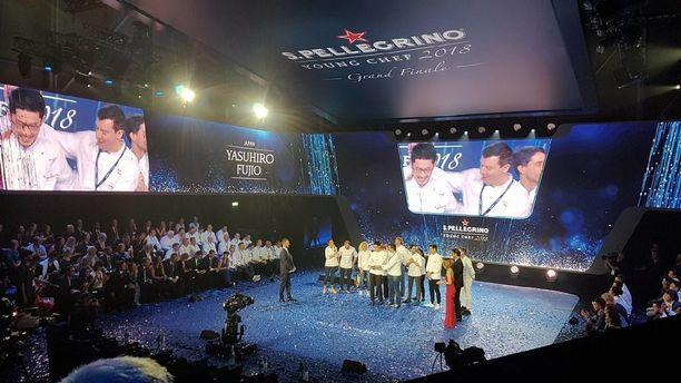 Kilpailun voittaja Yasuhiro Fujio on mentorinsa Luca Fantin syleilyssä.