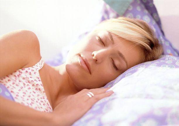HYVÄÄ YÖTÄ Melatoniinin avustuksella uni on tiiviimpää ja heräämisiä on vähemmän.