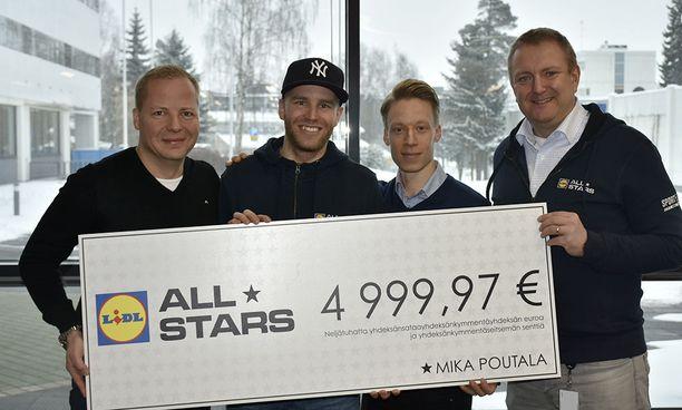 Palkintosekin Mika Poutalalle ojensivat Lidlin kaupallinen johtaja Timo Hansio (vas.), markkinointipäällikkö Seppo Niemelä ja Lidl Suomen toimitusjohtaja Lauri Sipponen.