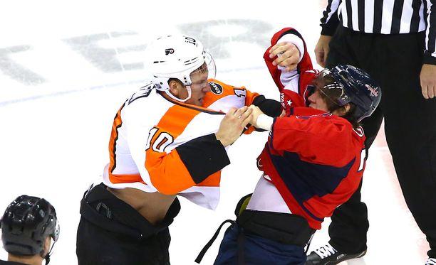 Philadelphian Brayden Schenn ja Washingtonin T. J. Oshie tappelivat NHL:n pudotuspeleissä viime keväänä.