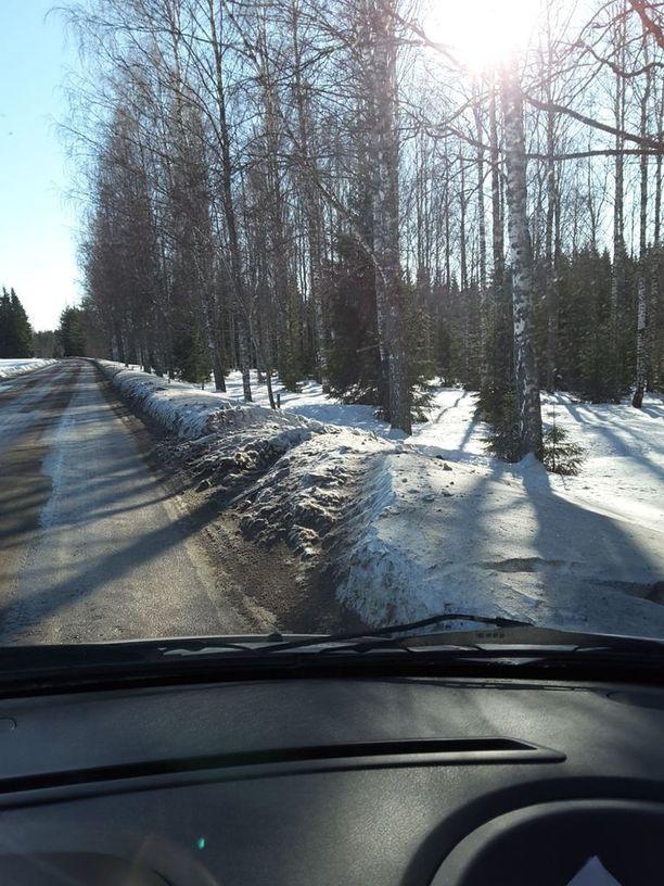 Lumessa näkyvät merkit ulosajoista, jotka ovat sattuneet käytännössä suoralla tieosuudella.