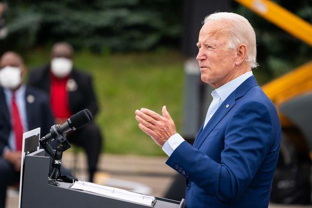 Demokraattien presidenttiehdokas Joe Biden arvostelee Donald Trumpin koronatoimia.