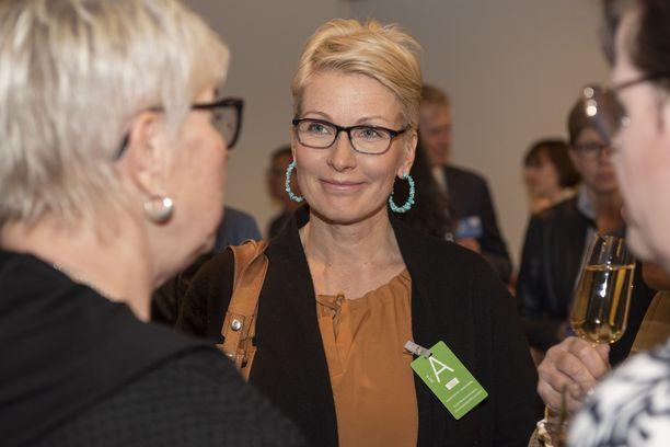 Keskustan entinen kansanedustaja ja ministeri Tanja Karpela saa sopeutumisrahaa vuoteen 2022.