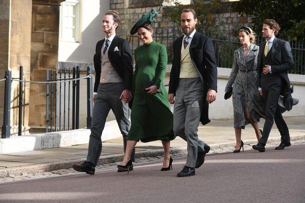 Perjantaina 12.10. Pippa edusti hymyilevänä prinsessa Eugenien häissä. Pippa saapui häihin veljensä ja puolisonsa kanssa. Vain muutamaa päivää myöhemmin Pippa synnytti pienen pojan.