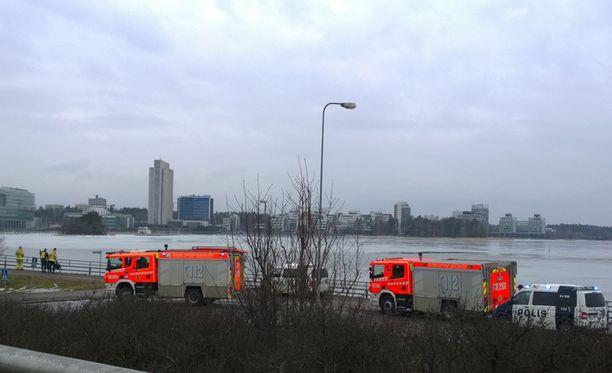 Sukeltajat olivat valmiudessa Länsiväylällä Helsingin Lauttasaaren edustalla.